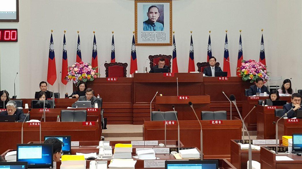 新竹市議會議長許修睿敲槌通過市府明年度總預算案,共刪減7千萬元。記者黃瑞典/攝影