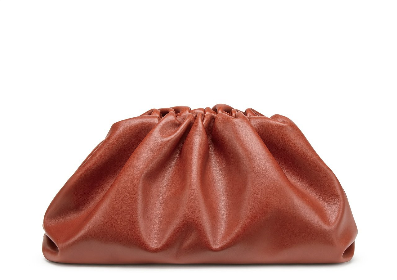 The Pouch小牛皮包,價格店洽。圖/Bottega Veneta提供
