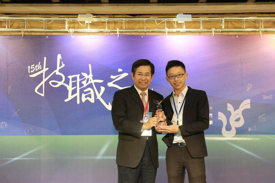 2019年教育部第15屆技職之光昨頒獎,王則惟(右)獲得「證照達人」,甫從致理科大畢業的他,在校期間考獲CFA等共計20張證照。圖/致理科大提供