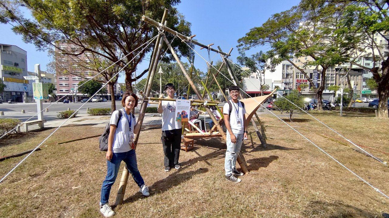 中山大學師生在高雄鹽埕區馬雅各公園打造的「海盜船」,由竹子搭建成較大型的鞦韆,藉...