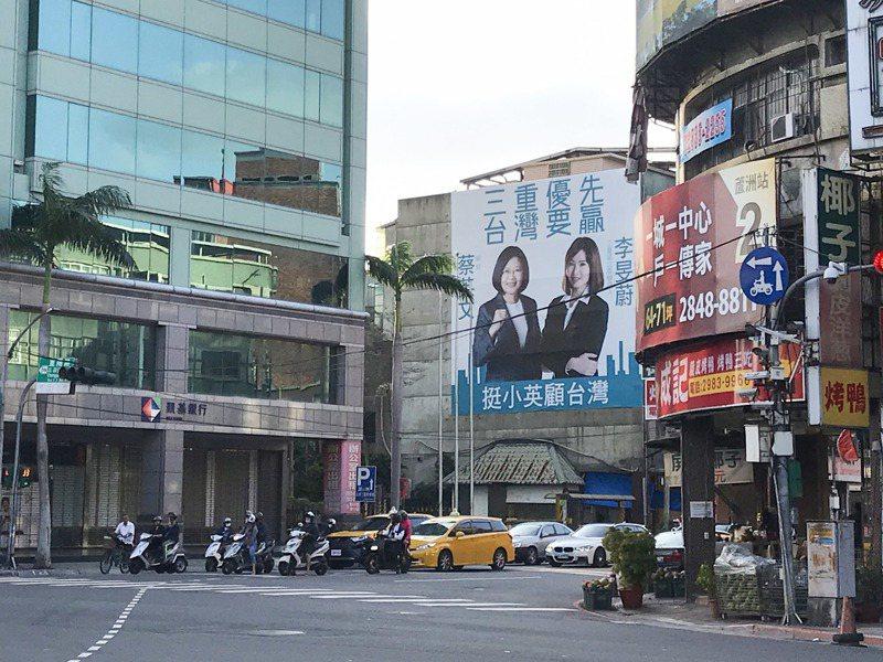 民眾黨立委參選人李旻蔚近來在選區三重掛上與蔡英文總統的看板,引來民進黨不滿。記者王敏旭/攝影