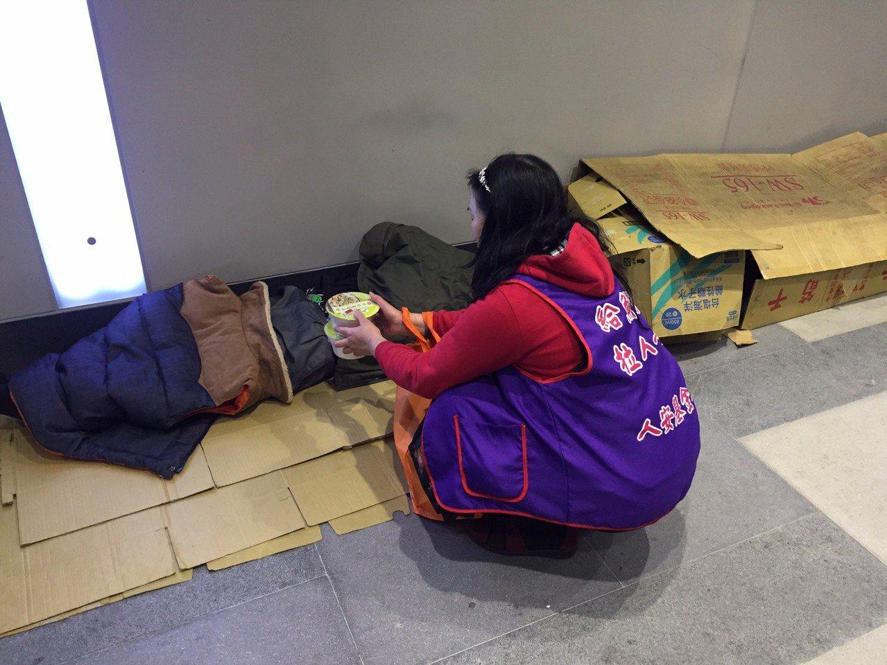 冷氣團報到,人安基隆站啟動防寒機制送熱食、暖暖包。圖/基隆平安站提供