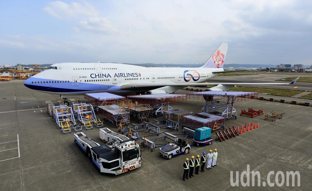 中華航空公司60周年慶,從6個機隊中各挑選1架飛機貼上60周年標誌彩繪機塗裝,最...