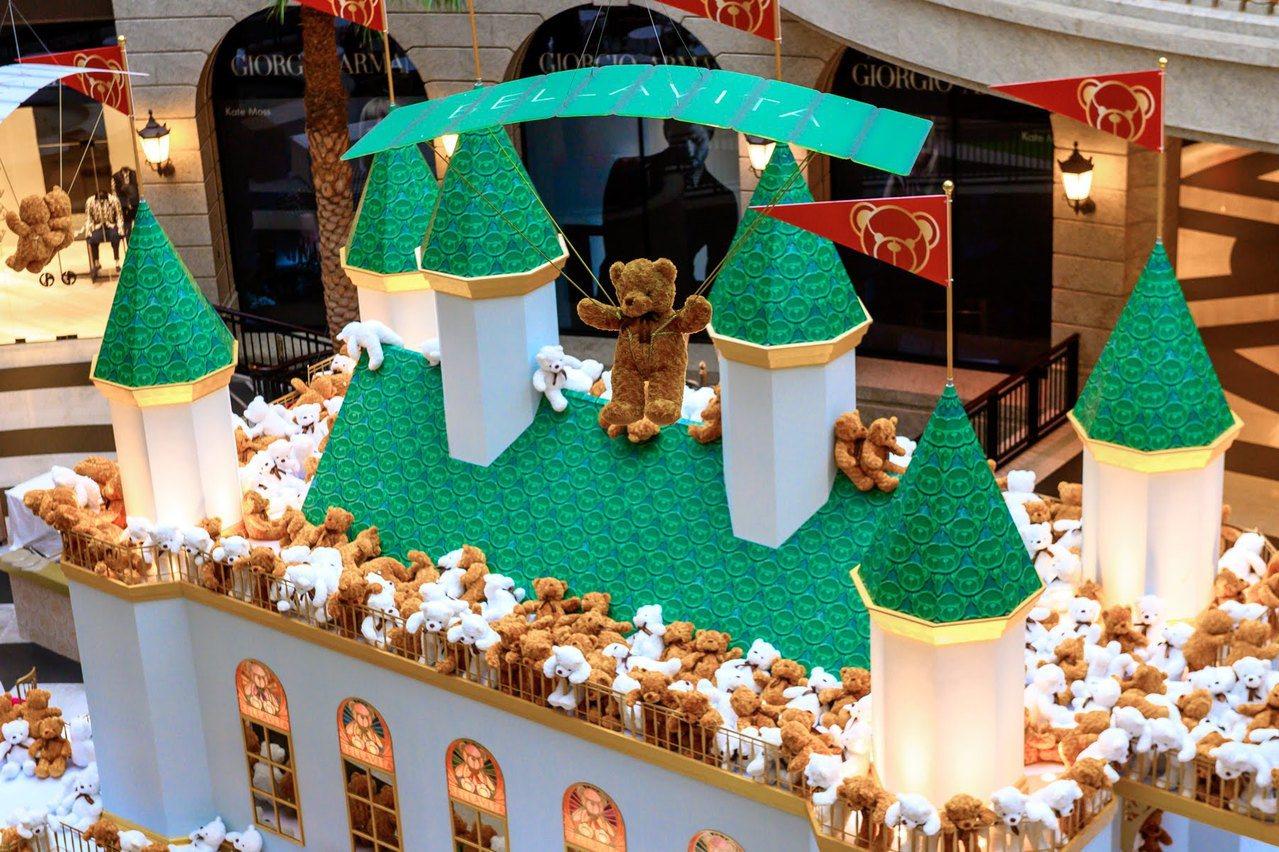 BELLAVITA寶麗廣塲打造「2019耶誕小熊王國」,1樓中庭變身小熊城堡。圖...