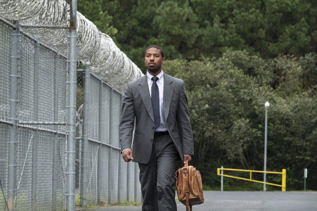 麥可B喬丹在「不完美的正義」中詮釋傳奇律師布萊恩史蒂文森。圖/華納兄弟提供