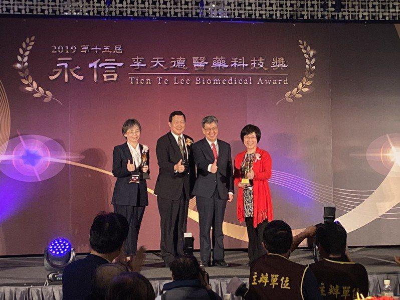 第15屆永信李天德醫藥科技獎今頒獎,並由副總統陳建仁(右二)等人頒獎。記者簡浩正/攝影