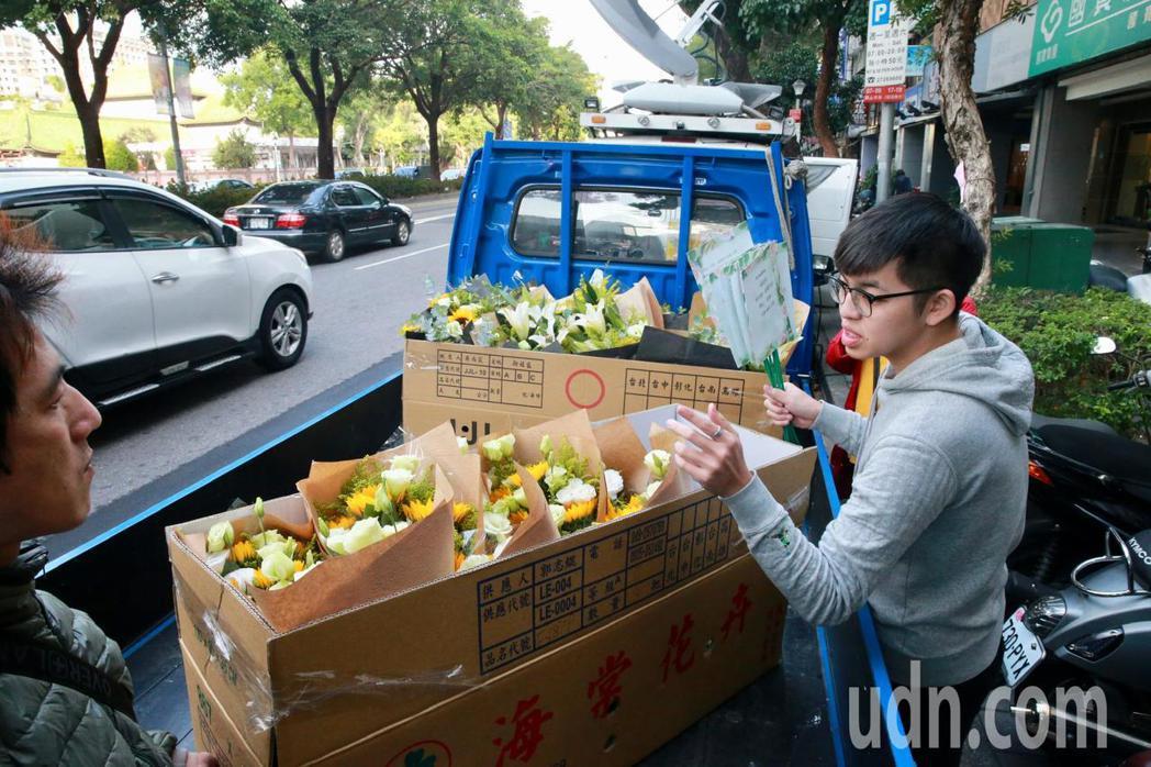 大陸的粉絲委託花店送花到靈堂前致意,花店工作人員也為送來的花束一一拍照,來證明花...