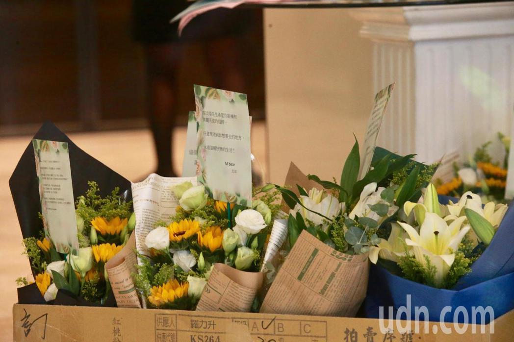 大陸的粉絲委託花店送花到靈堂前致意,花店工作人員也為送來的花束一一拍照,來證明花