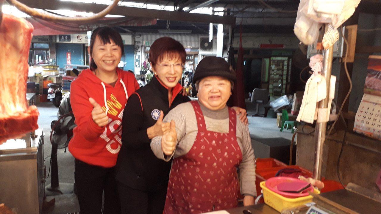 洪秀柱到深綠票倉市場拜票,還是有攤商熱烈歡迎。記者周宗禎/攝影
