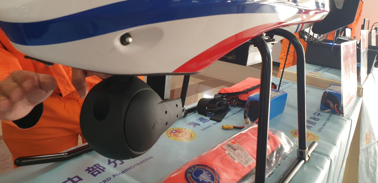 海巡署中部分署今天發表微電影「機雷神兵」,現場也展示無人機,裝有二個360度攝影...