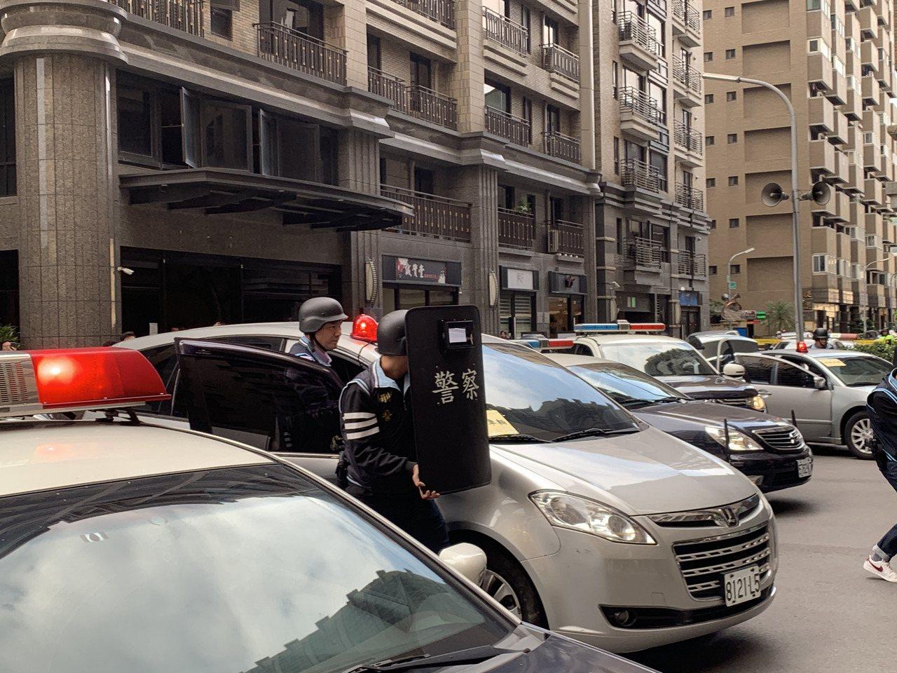 警方出動防彈盾牌,圍捕被逼入死巷的歹徒,不斷要求歹徒不要傷害人質。記者巫鴻瑋/攝...