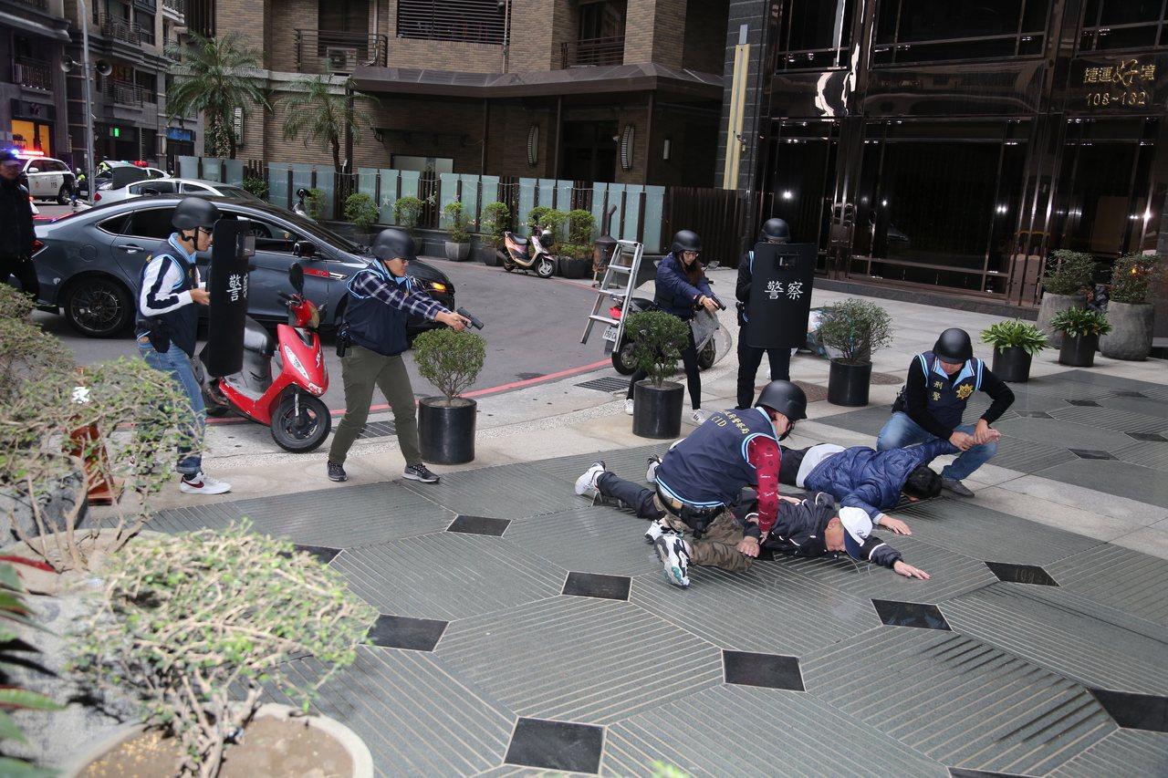「假歹徒」在警方行動後棄械投降,乖乖被壓制上銬逮捕。記者巫鴻瑋/攝影