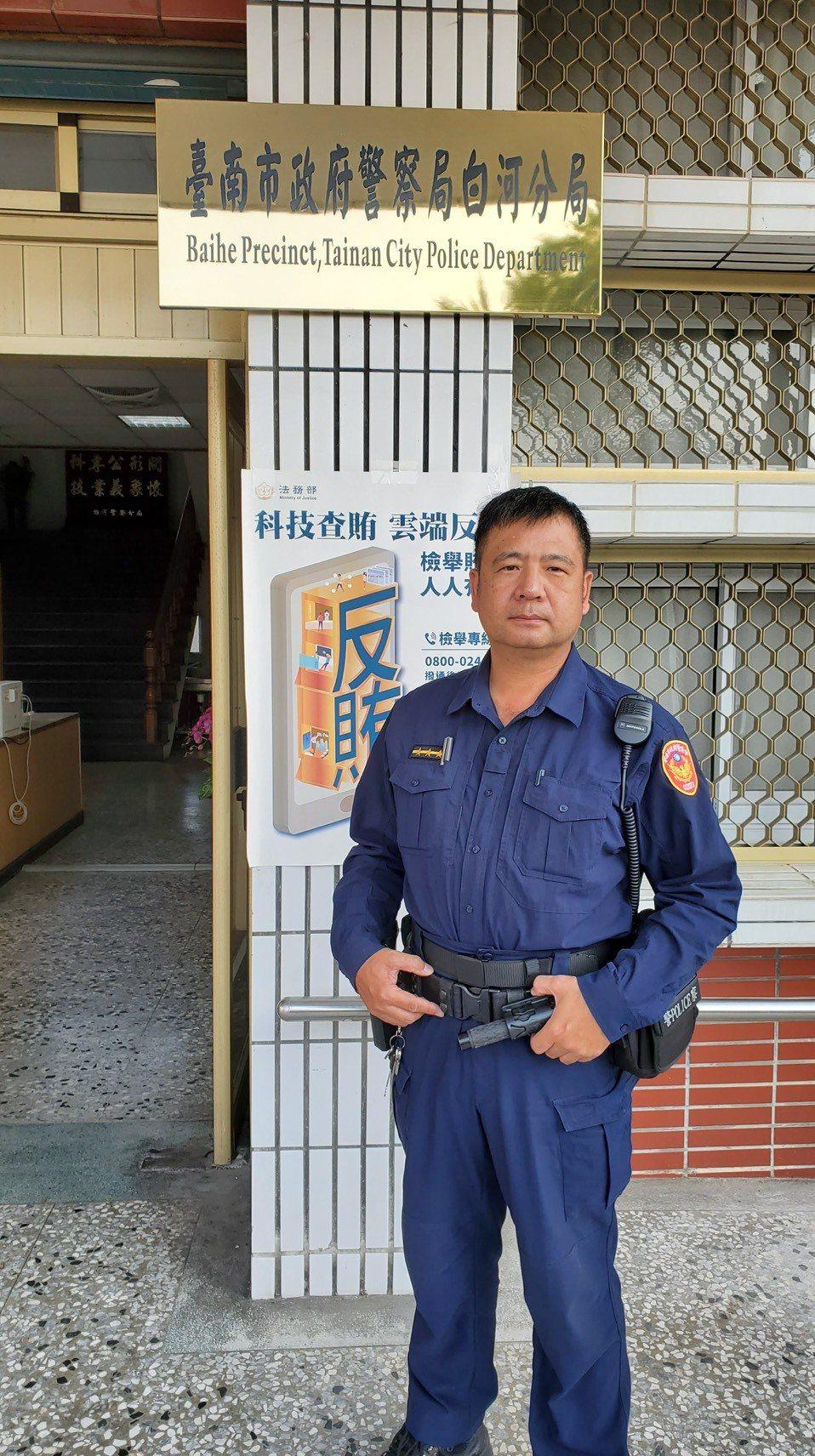 成功尋獲老翁的白河派出所警員黃昆智。記者謝進盛/翻攝