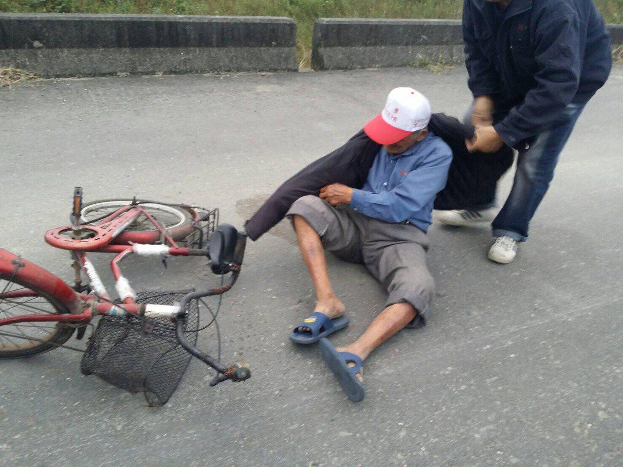 台南柳營87歲失智黃姓老翁騎乘腳踏車外出徹夜未歸,家屬焦急不已,白河警方及時尋獲...