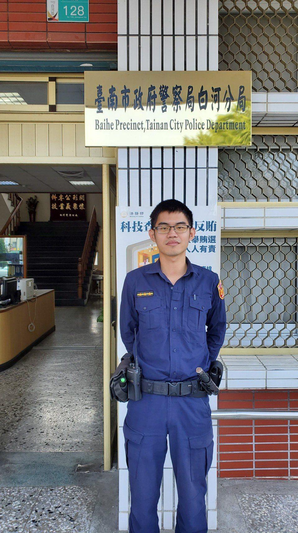 成功尋獲老翁的白河派出所警員劉宗興。記者謝進盛/翻攝