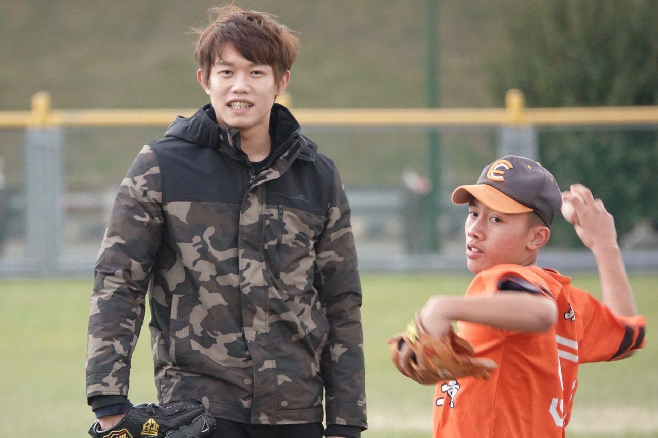 日職羅德隊台灣投手陳冠宇(左),今天回到母校二重國中指導學弟。記者蘇志畬/攝影