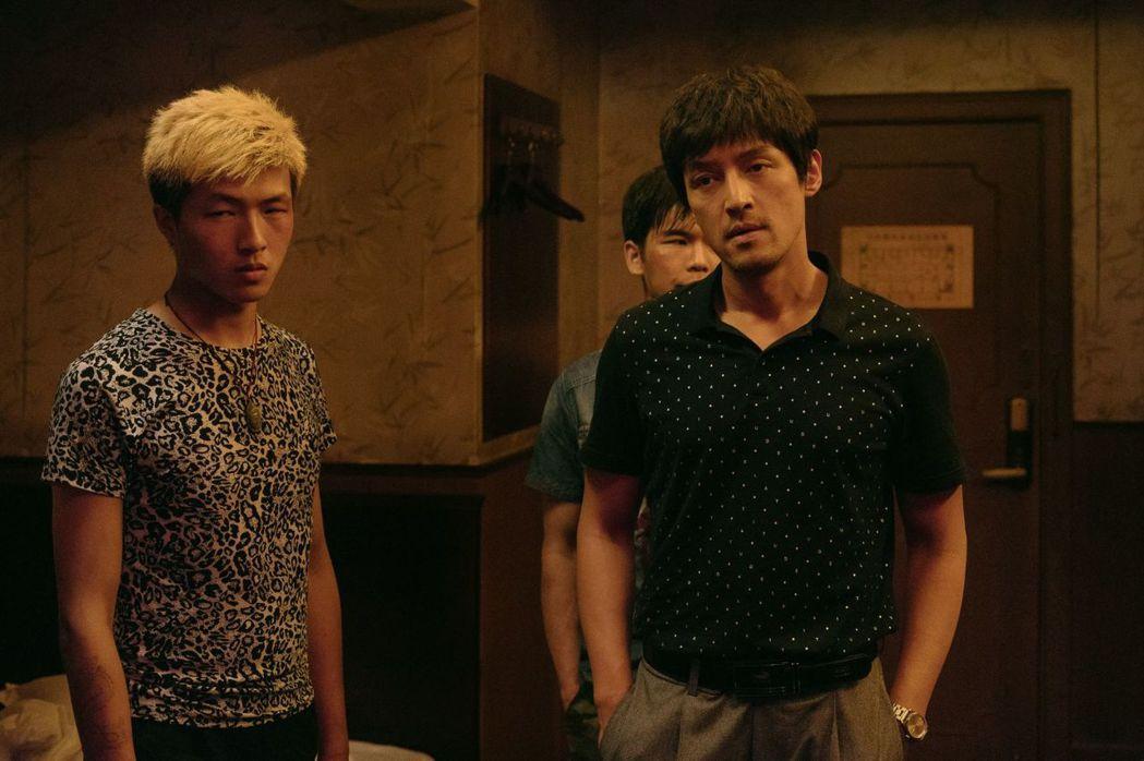 胡歌(右)在「南方車站的聚會」突破形象演逃犯。圖/甲上提供