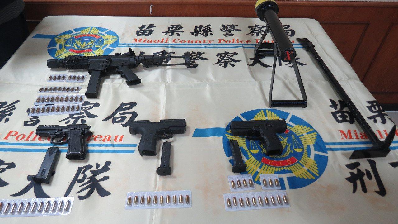 苗栗縣警局刑警大隊等單位組成專案小組查獲4把非法槍支,其中1支是MK-9衝鋒槍,...