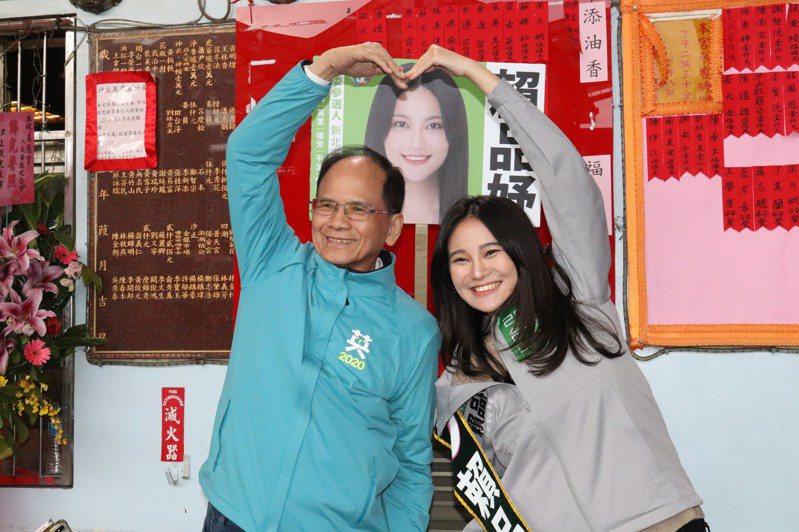 前行政院長游錫堃(左)陪同立委參選人賴品妤(右)掃街拜票。記者胡瑞玲/攝影