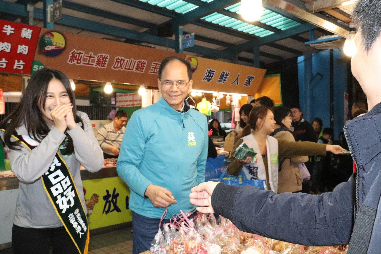 前行政院長游錫堃陪同立委參選人賴品妤到汐止秀豐市場掃街拜票。記者胡瑞玲/攝影