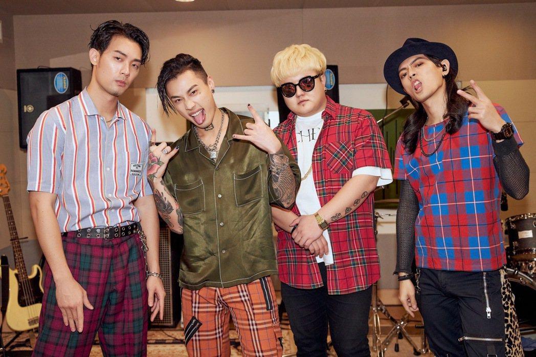連晨翔(左一)與樂團 TRASH上節目搞笑。圖/華納音樂提供