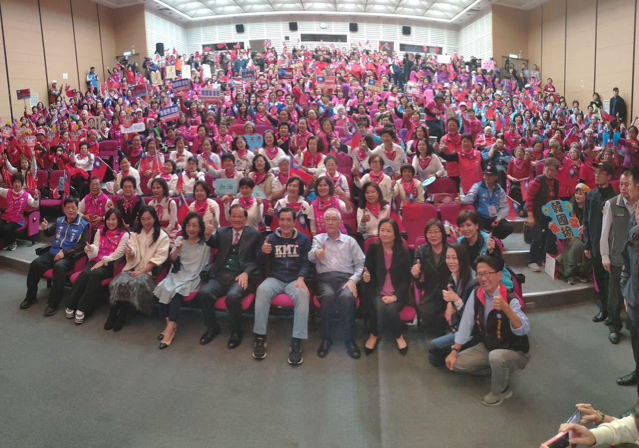 台北市婦工總會昨天舉行韓國瑜和立委候選人後援會成立大會,前總統馬英九、前副總統連...