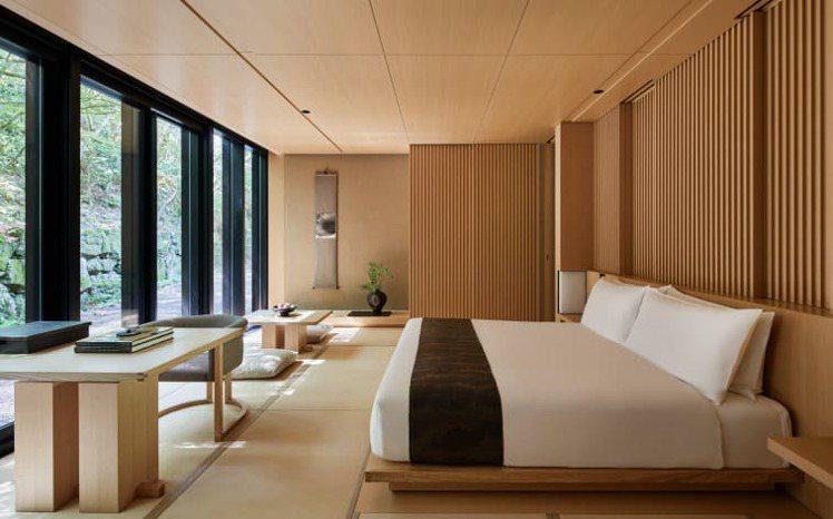 以簡約和風為主軸的客房,可以欣賞到周圍的綠意。圖/安縵京都提供