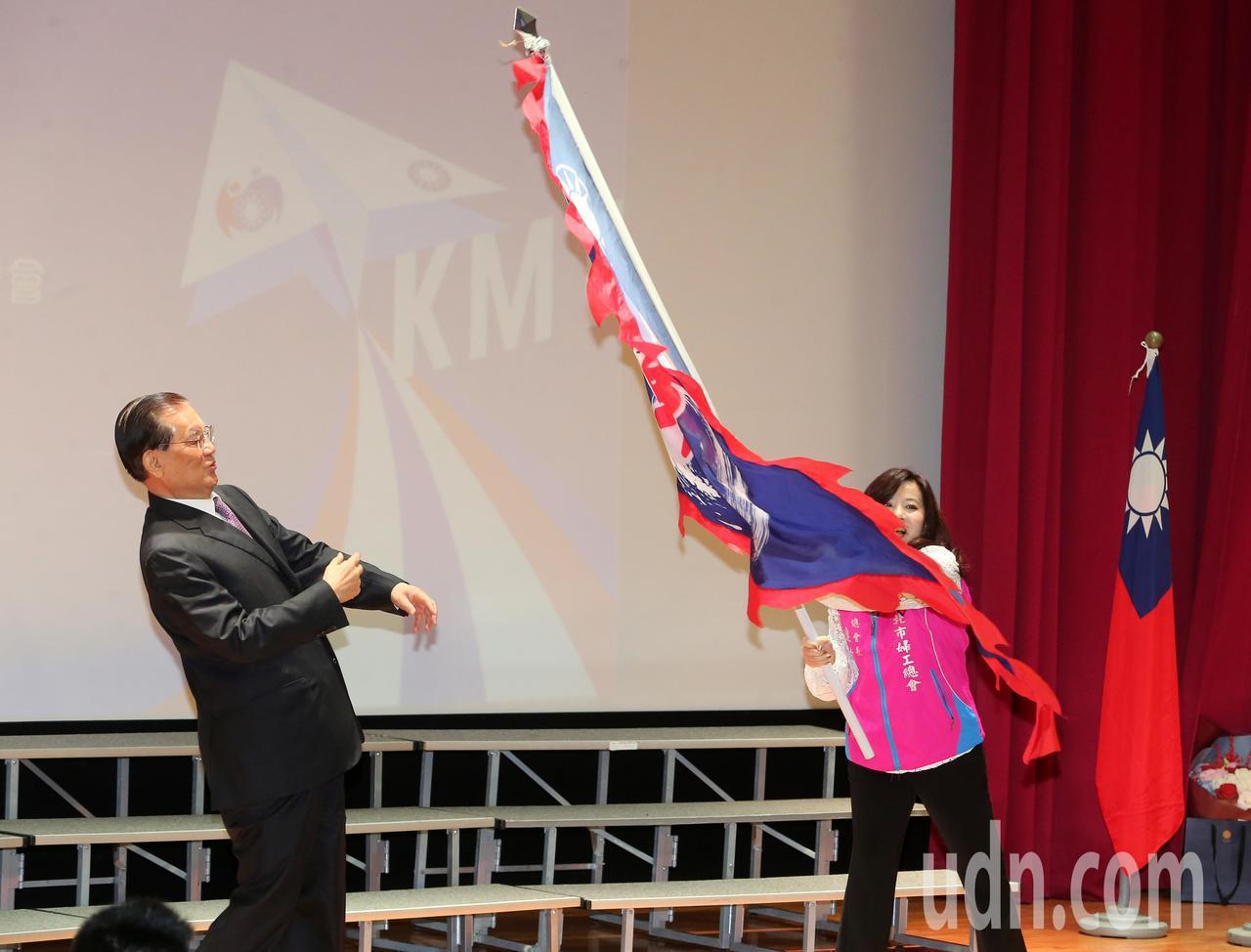 國民黨榮譽主席連戰(左)授戰旗給台北市婦工總會總會長連秀美(右),連秀美揮舞戰旗...