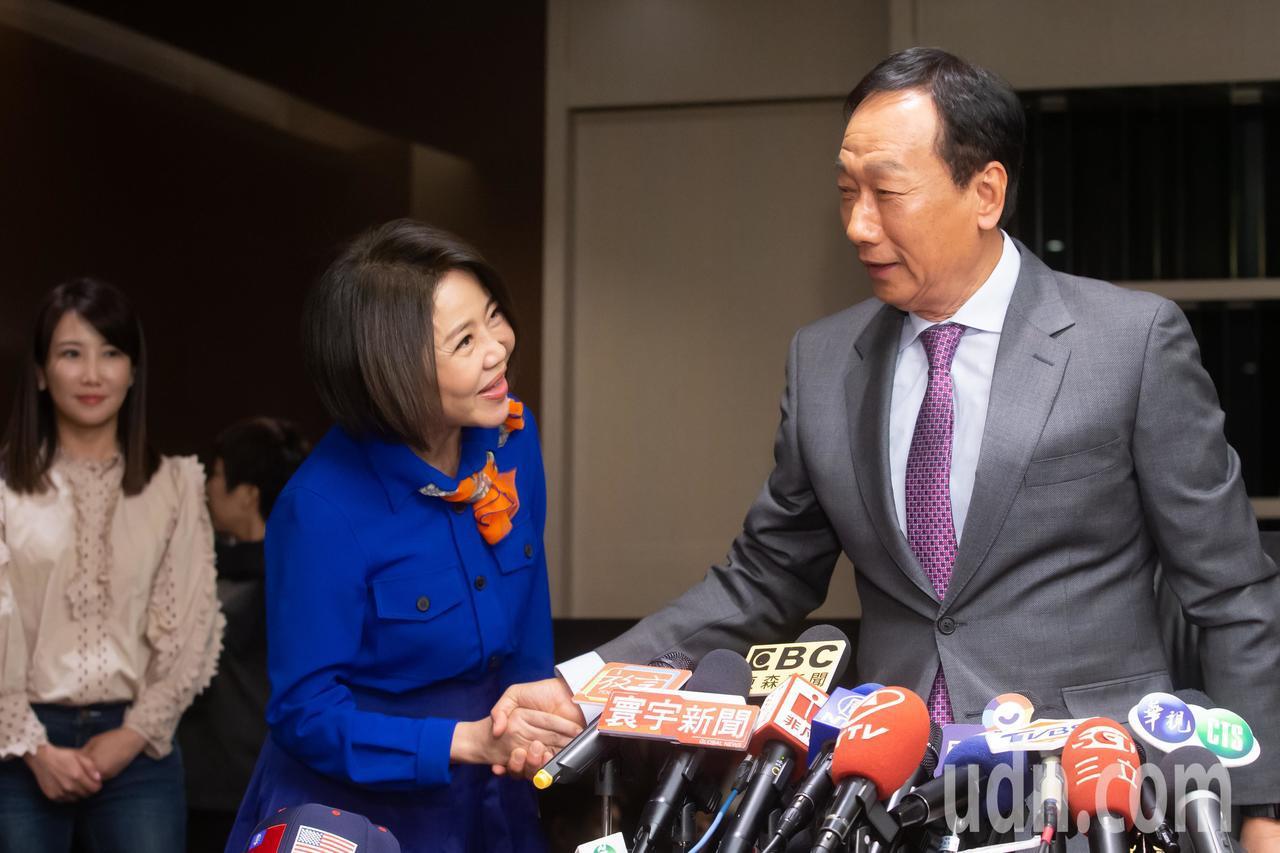 鴻海創辦人郭台銘今天下午舉行訪美行前記者會,親民黨發言人于美人(左二)代表黨主席...