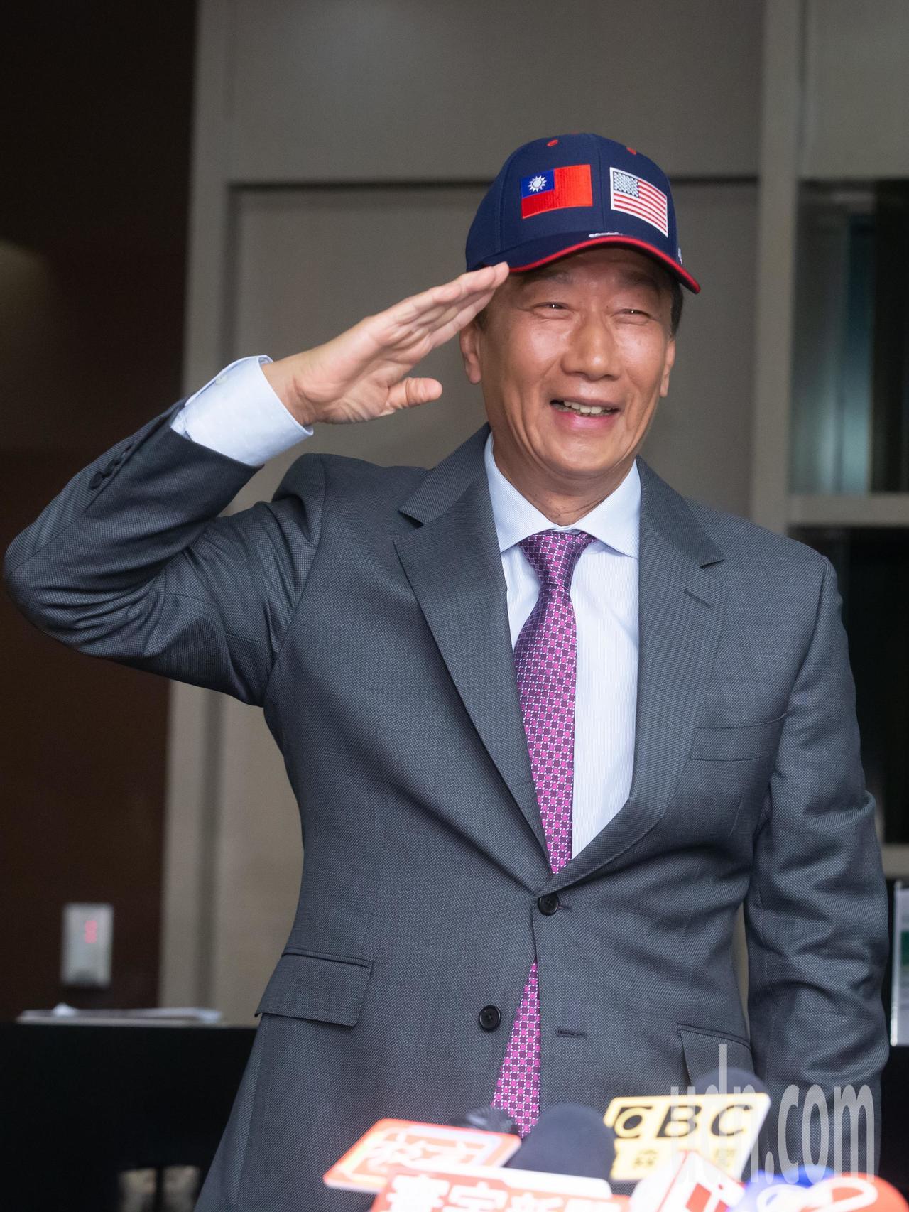 鴻海創辦人郭台銘今天下午舉行訪美行前記者會,會後戴上國旗帽高喊中華民國萬歲。記者...