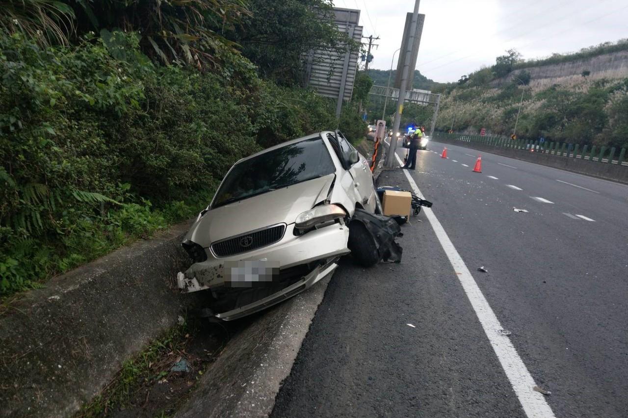 行駛快速道路竟開進側溝 車內3人飽受驚嚇幸好輕傷