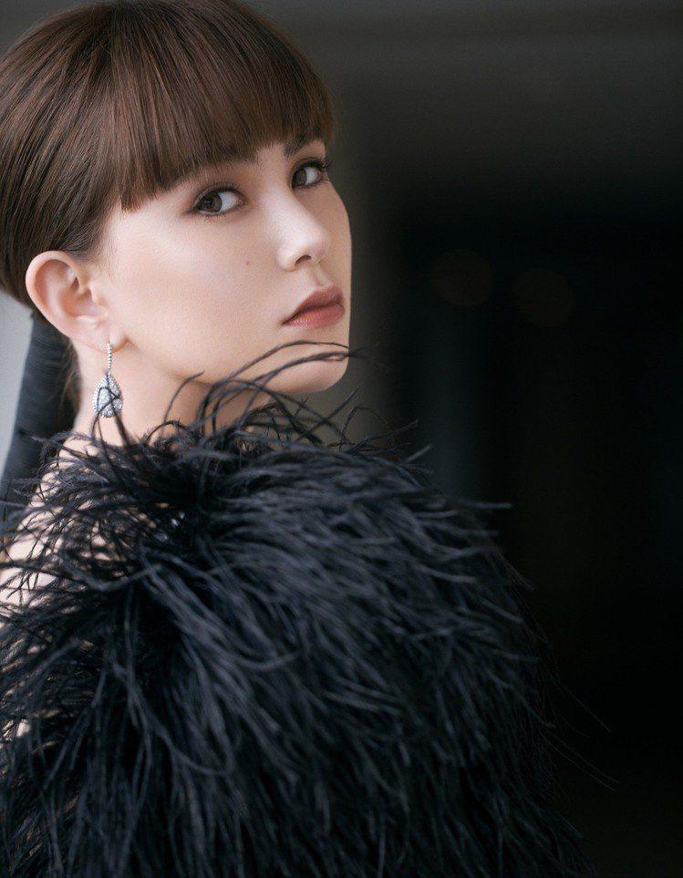 昆凌前日出席海南電影獎,一身黑色羽毛造型禮服、性感迷人。圖╱寶詩龍提供。