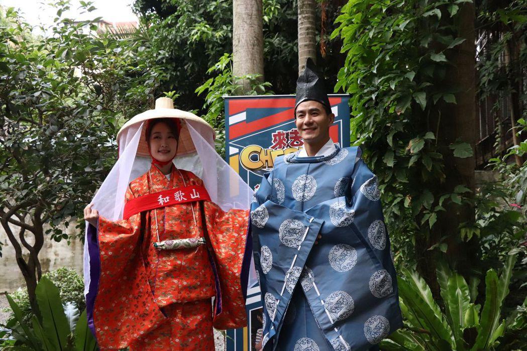 巴鈺(左)和郭彥均為中天「來去CHECK   IN」到日本和歌山出外景。圖/中天