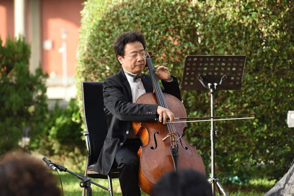 大提琴家張正傑舉行草地音樂會,沒想到視網膜破洞。圖/擷自張正傑臉書
