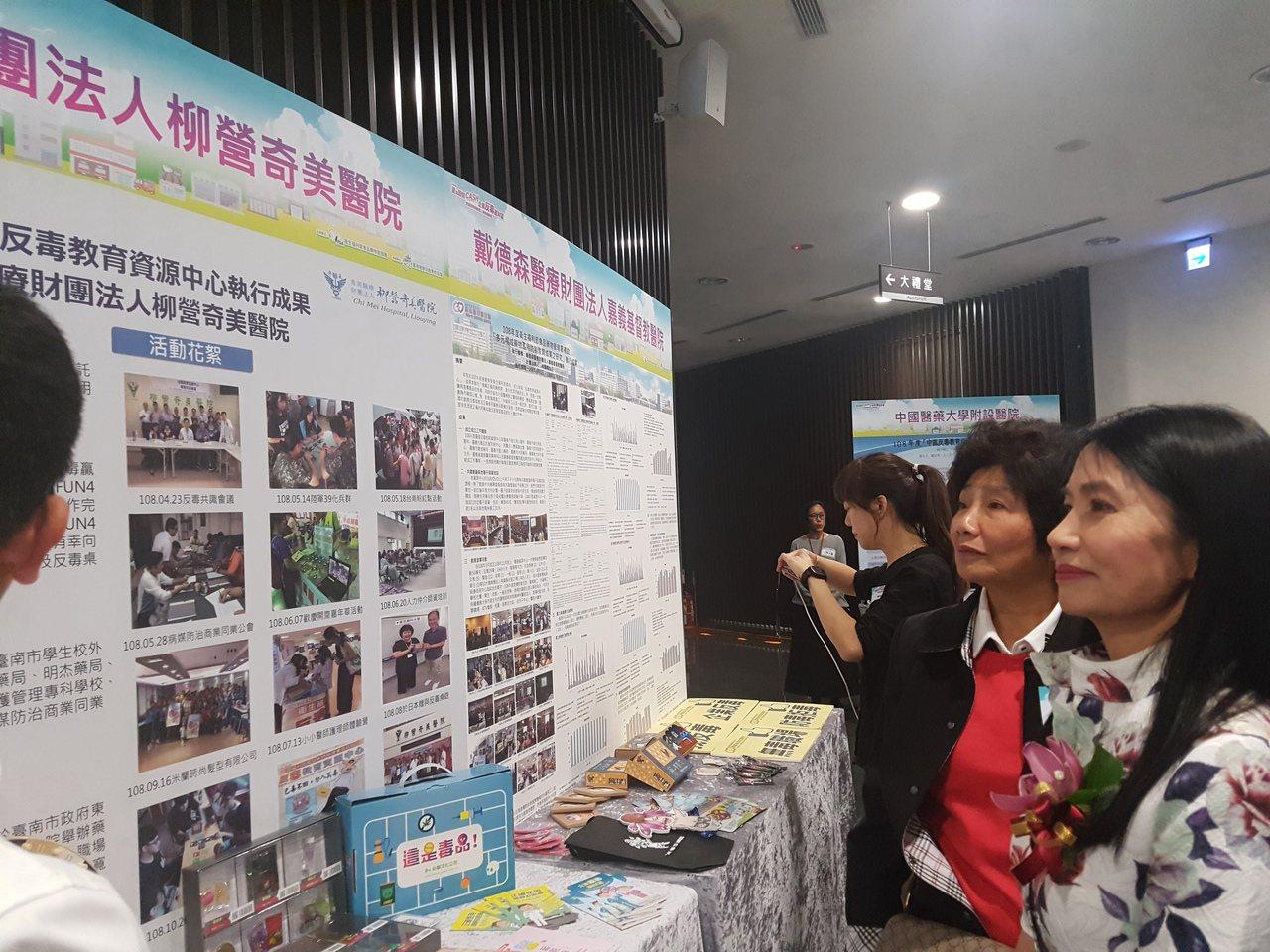 食藥署署署長吳秀梅(右一)聆聽反毒宣導成果。記者楊雅棠/攝影