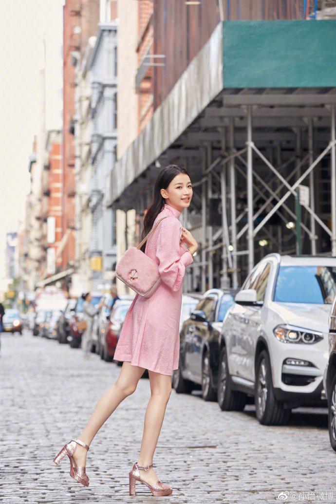 大陸女星孫怡詮釋Kate Spade Nicola小型桃心旋鎖鍊條肩背包,售價人...