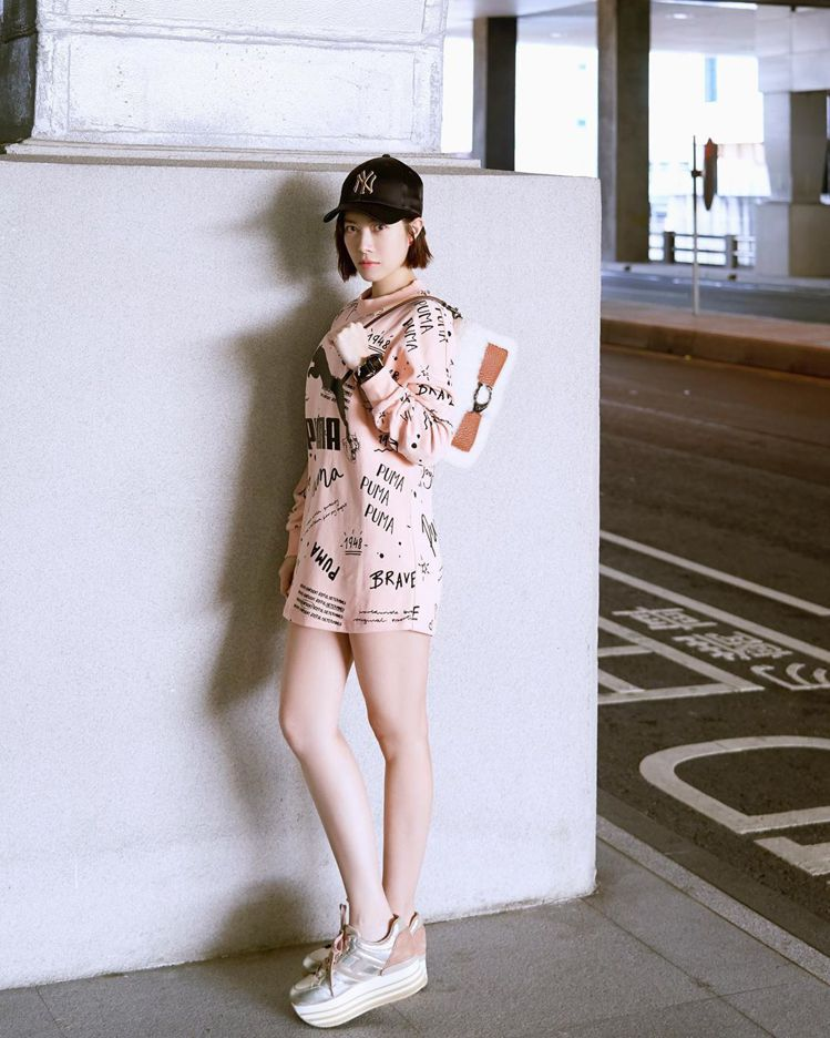 徐懷鈺演繹COACH Tabby Shearling 翻皮羊毛手袋,售價25,8...