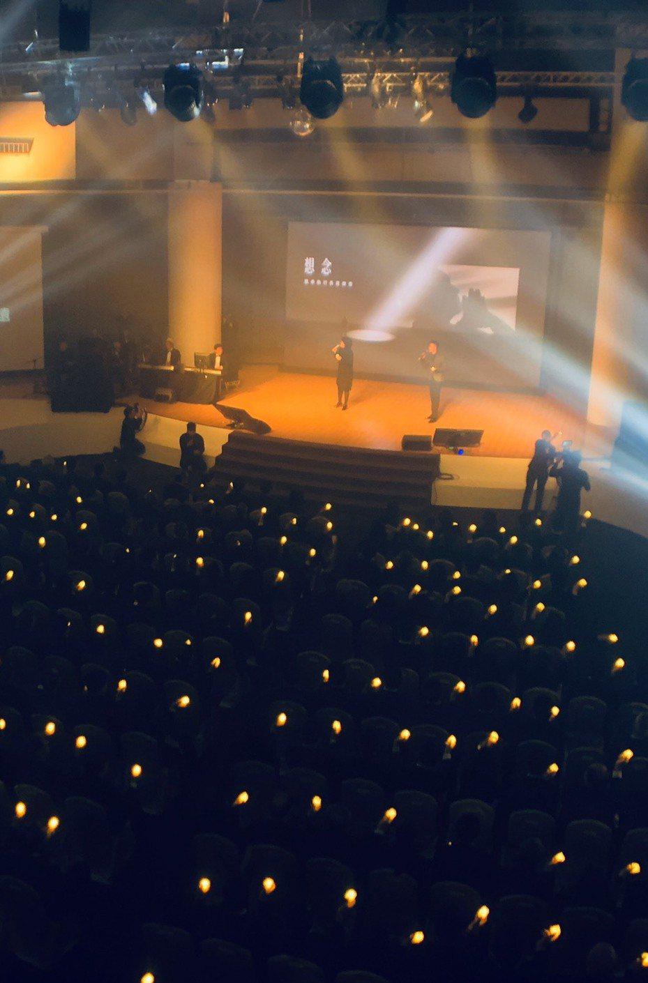 嚴凱泰過世一年,裕隆集團舉辦追思音樂會,讓員工的思念有出口,執行長嚴陳莉蓮特別演唱《祝福》。(裕隆提供)