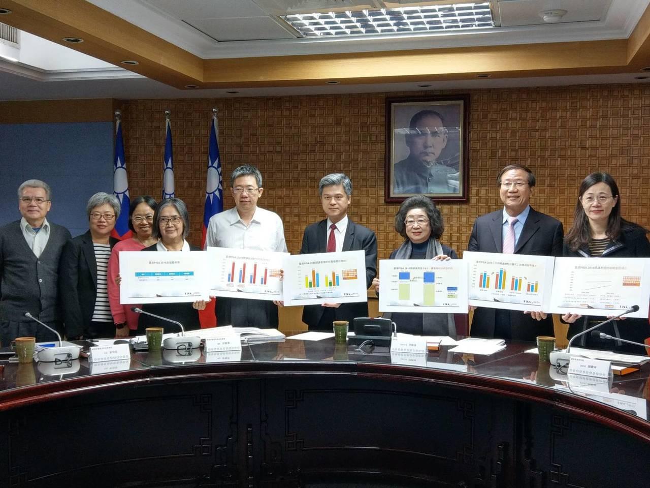 教育部次長范巽綠(右三)下午主持台灣PISA 2018成果發表記者會。記者張錦弘...