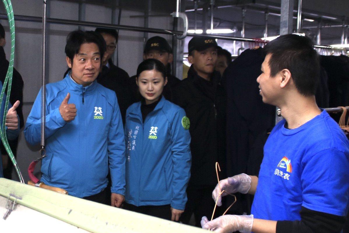 賴清德稱讚庇護工廠員工洗衣技術專業、燙衣品質優良。記者曾健祐/攝影