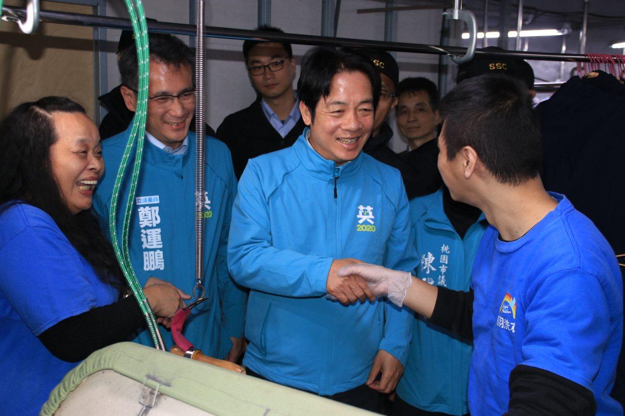 賴清德稱讚庇護工廠員工洗衣技術專業、燙衣品質優良。記者曾健祐/攝
