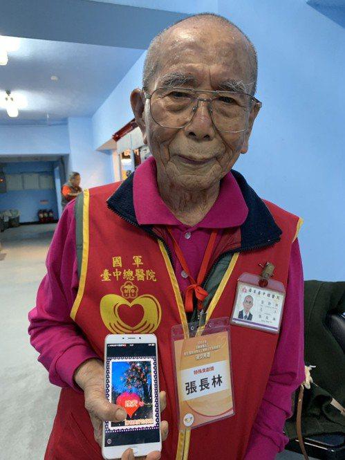 97歲的張長林是今年最高齡的特殊貢獻志工,每天早上都會自製早安文給親友。記者陳雨...