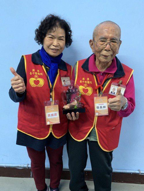 97歲的張長林(右)與太太(左)皆是醫院的志工。記者陳雨鑫/攝影