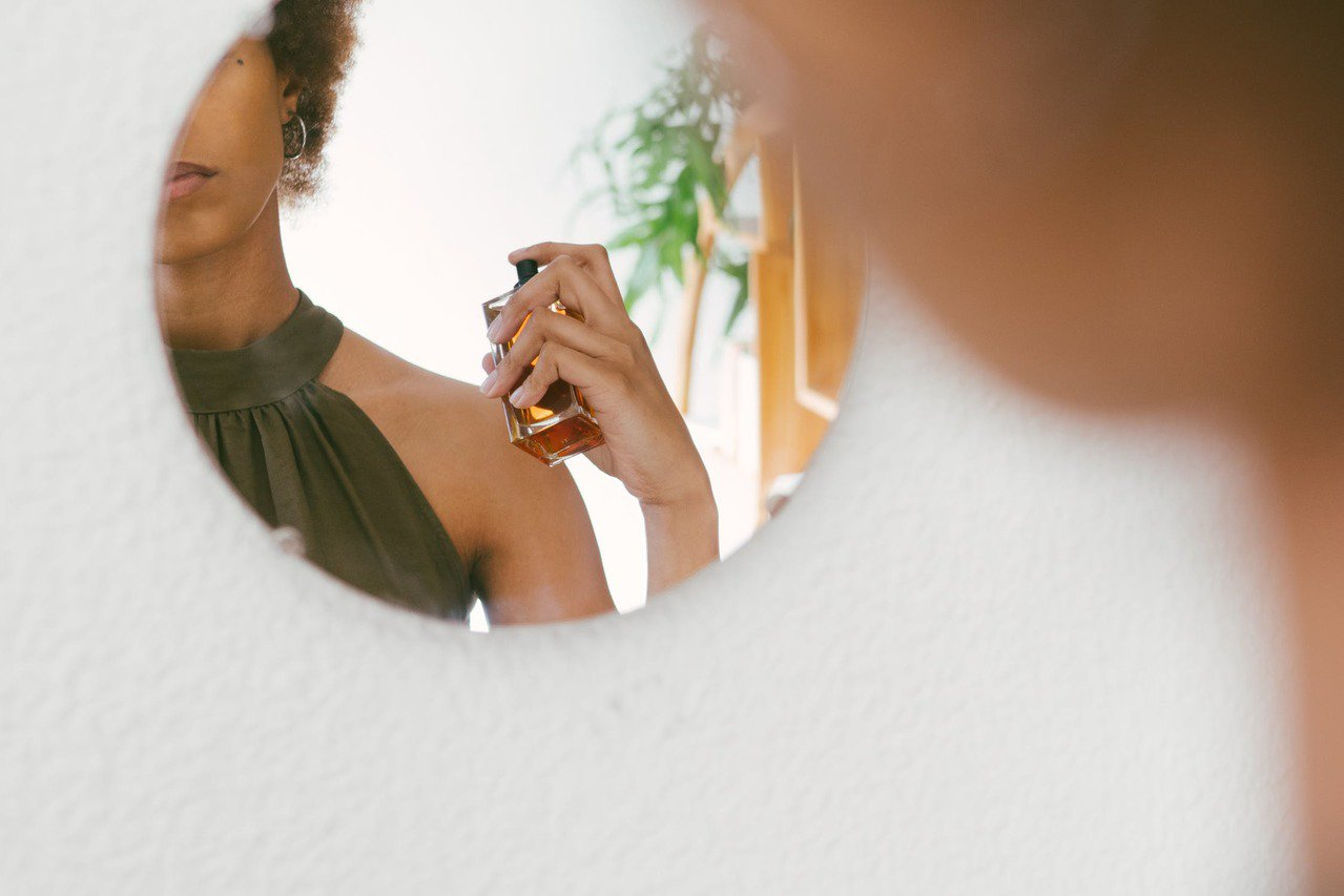 香水噴對位置,讓人更顯禮貌。圖/摘自 pexels