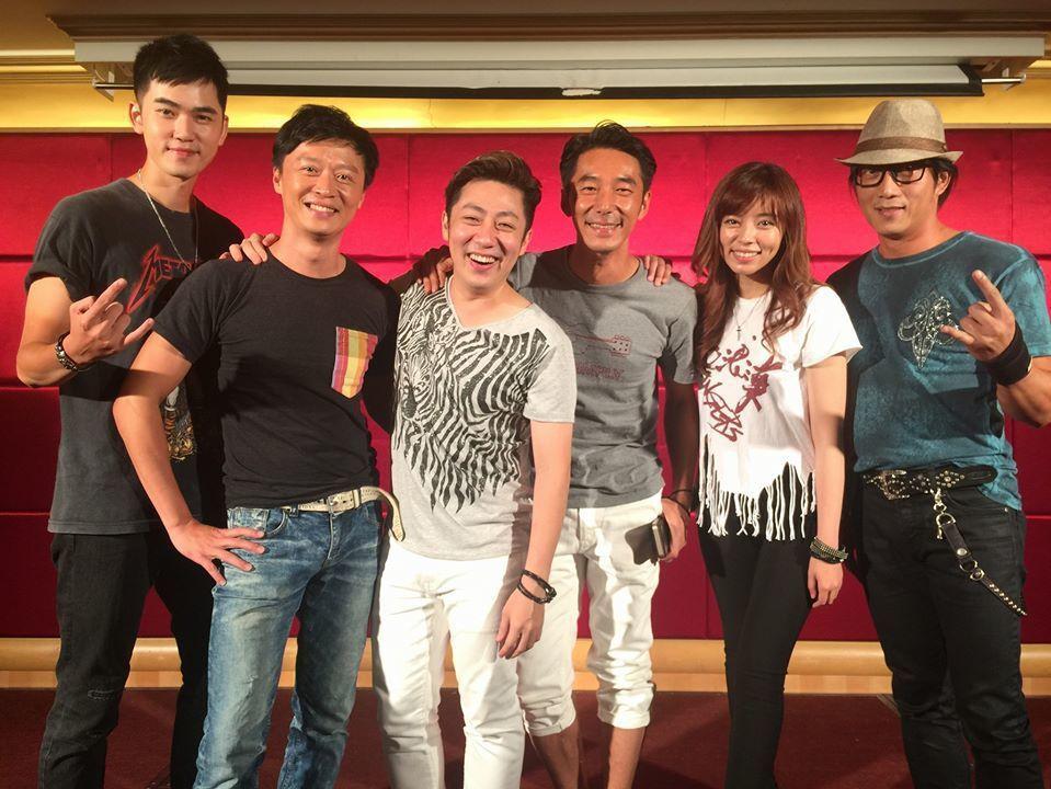 兩年多前「北七樂團」一起現身「絕世情歌」殺青宴,那時艾成(中)與王瞳(右二)仍是