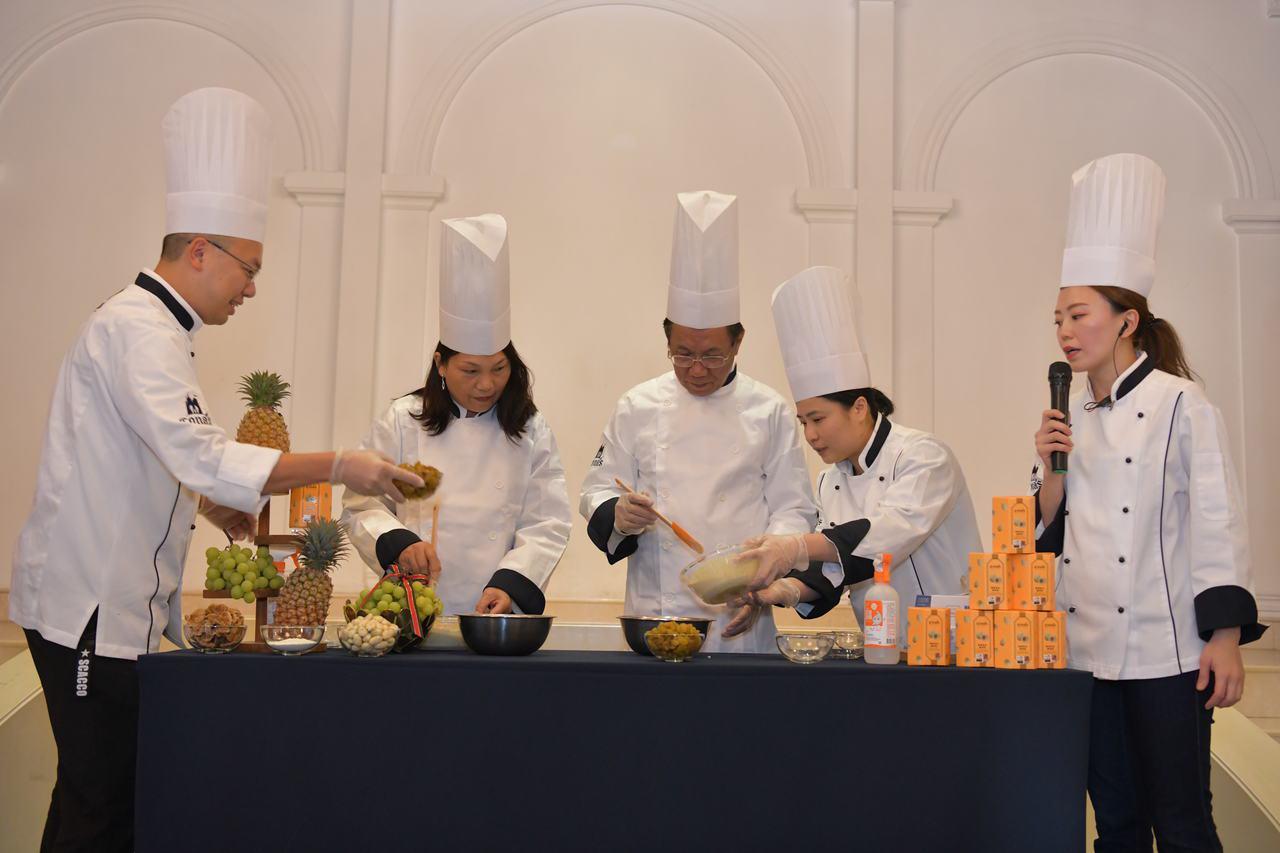 Cona's妮娜巧克力在「世界巧克力大賽」奪1金2銀,縣長林明溱(左3)今頒獎座...