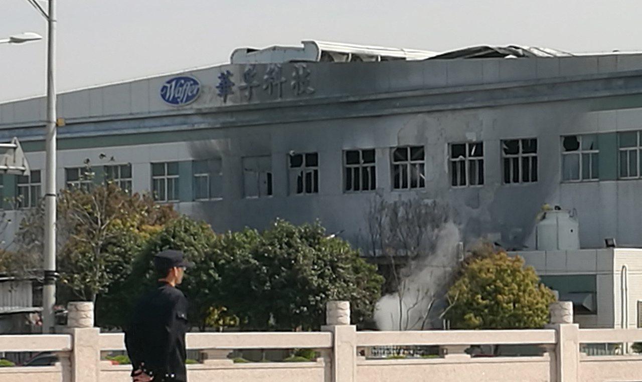 今年3月底江蘇昆山台企漢鼎工廠起火致7死5傷。圖為事發地工廠牆壁上留下火燒印記。...