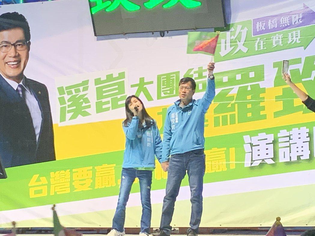 羅致政今晚舉辦造勢晚會,妻子陳亮吟也上台演唱。記者張曼蘋/攝影