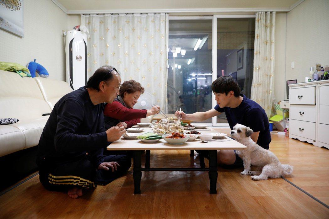 黃鉉東有時會回九里市的家中,探望父親與奶奶並一起吃飯。(路透)