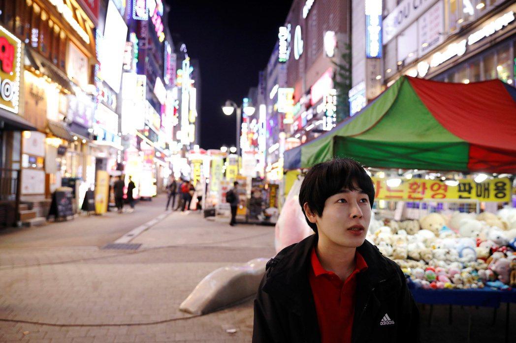 金宰勳平時在學校附近酒吧打工,月賺40萬韓元來支付房租與生活開銷。(路透)